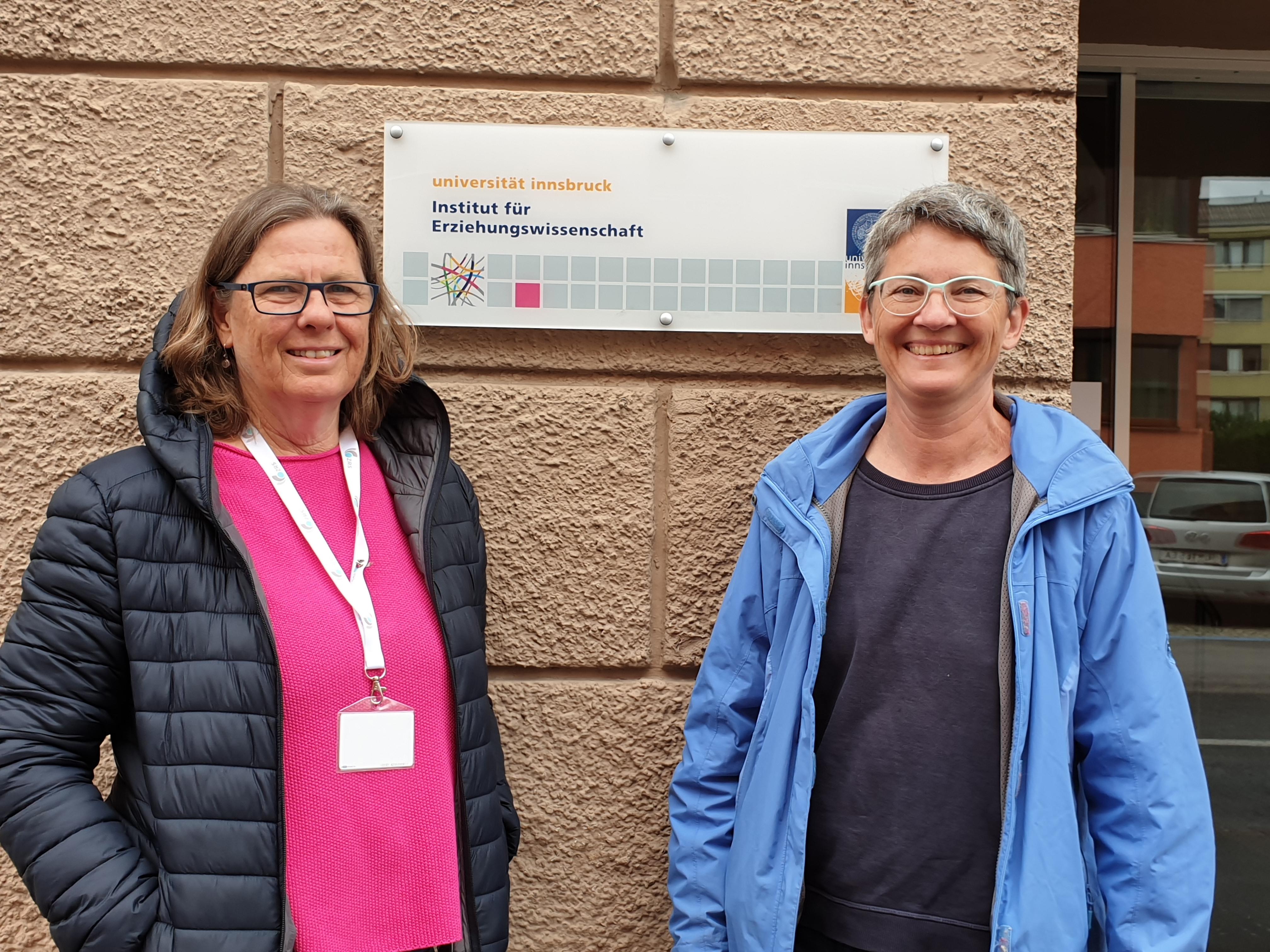 Foto der Kursleiterinnen vor dem Eingang des Instituts für Erziehungswissenschaft